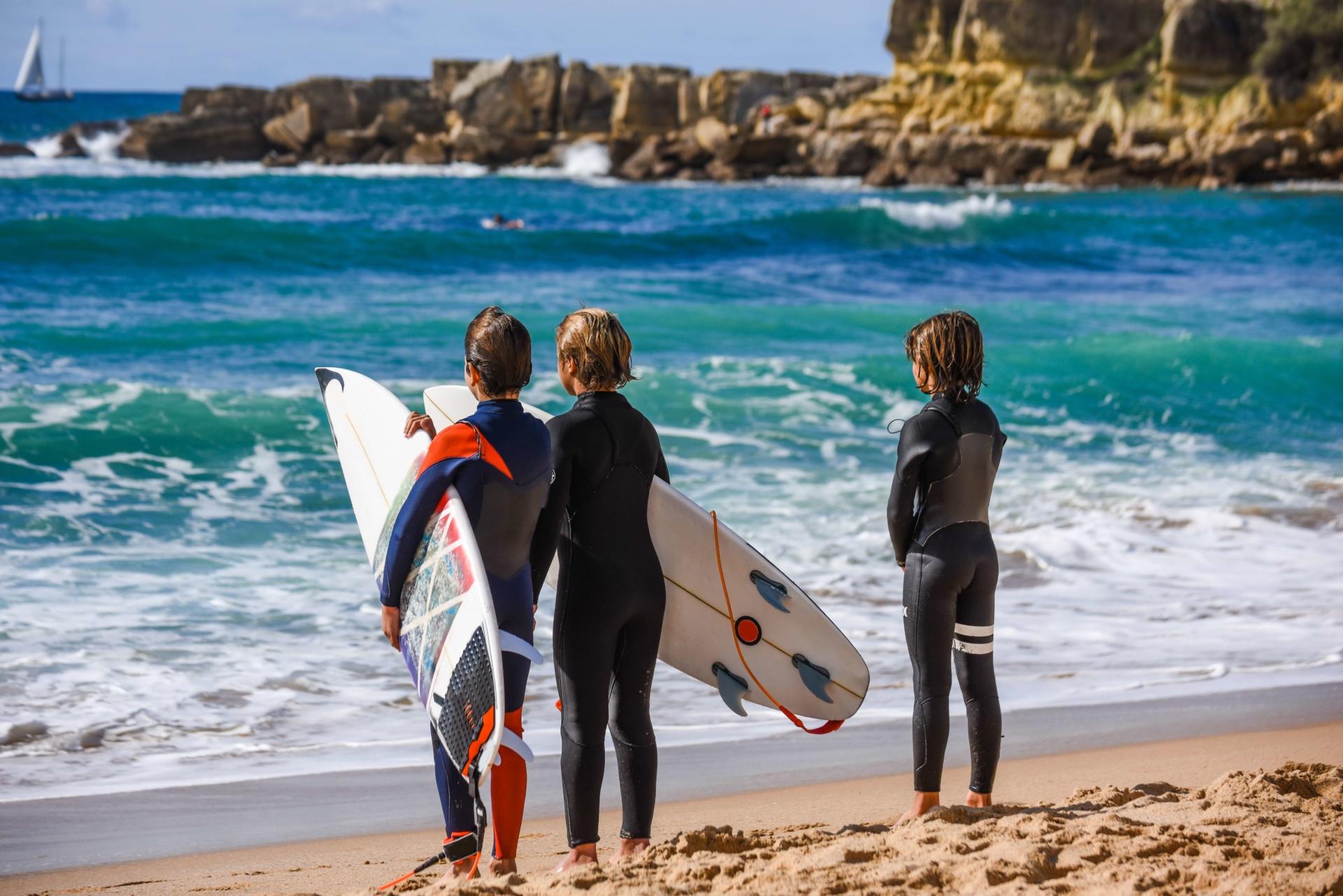 Enfants surfeurs sur les plages du Portugal