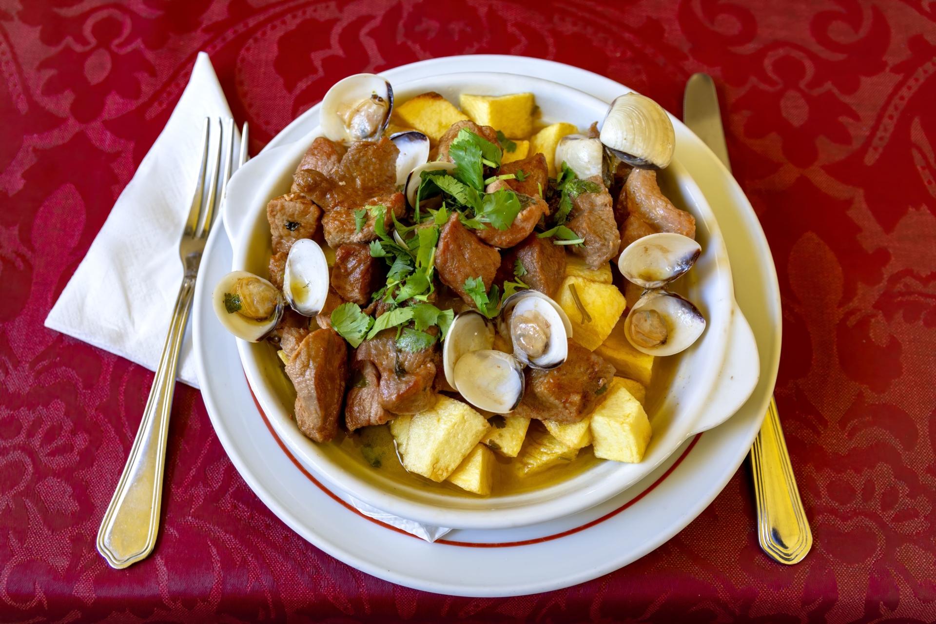 Carne de porco a alentejana du Portugal